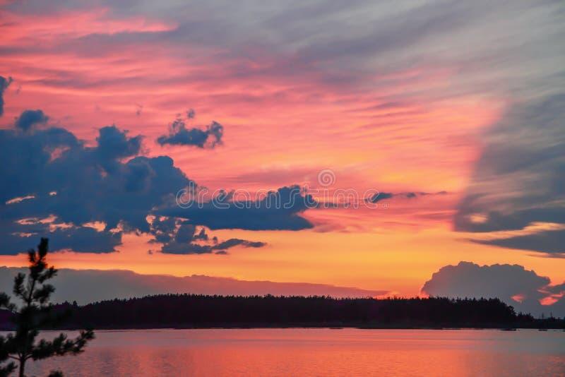 Puesta del sol hermosa reflejada en el lago fotos de archivo
