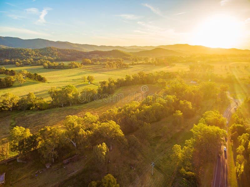Puesta del sol hermosa sobre campo australiano - paisaje aéreo foto de archivo