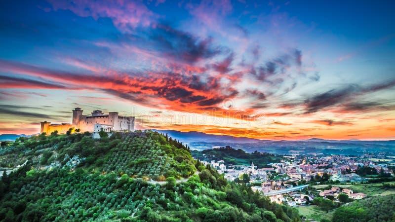 Puesta del sol hermosa sobre el castillo en Spoleto, Italia foto de archivo
