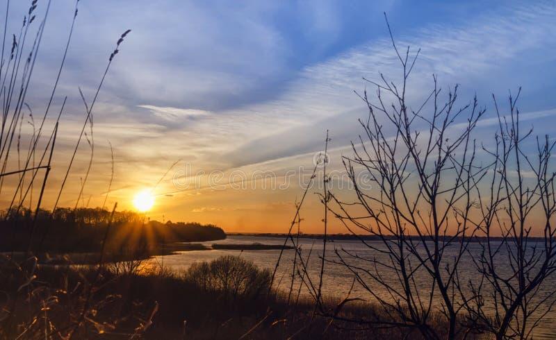 Puesta del sol hermosa sobre el lago del bosque El tiempo de primavera… subió las hojas, fondo natural imagenes de archivo