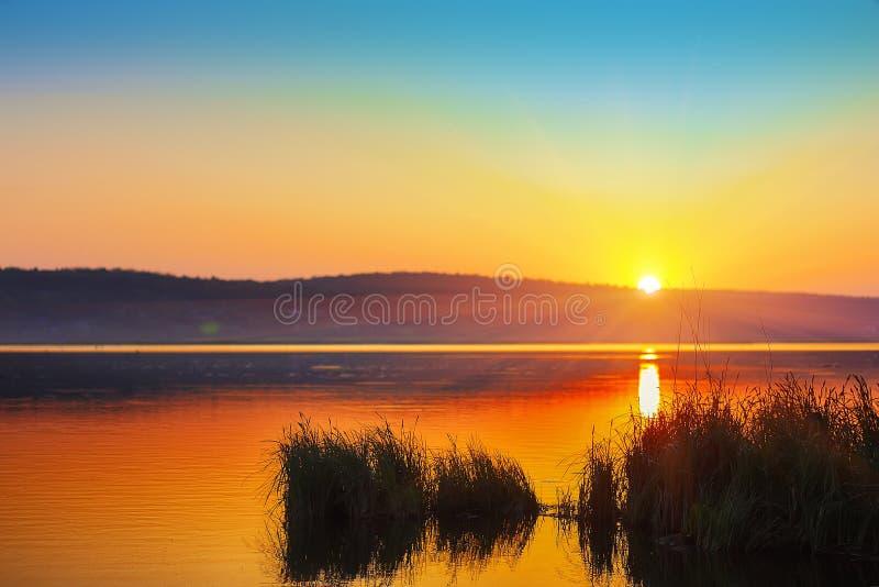 Puesta del sol hermosa sobre el lago tranquilo Tiempo de la oscuridad imagen de archivo libre de regalías