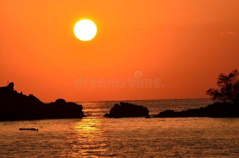 Puesta del sol hermosa sobre el mar imágenes de archivo libres de regalías
