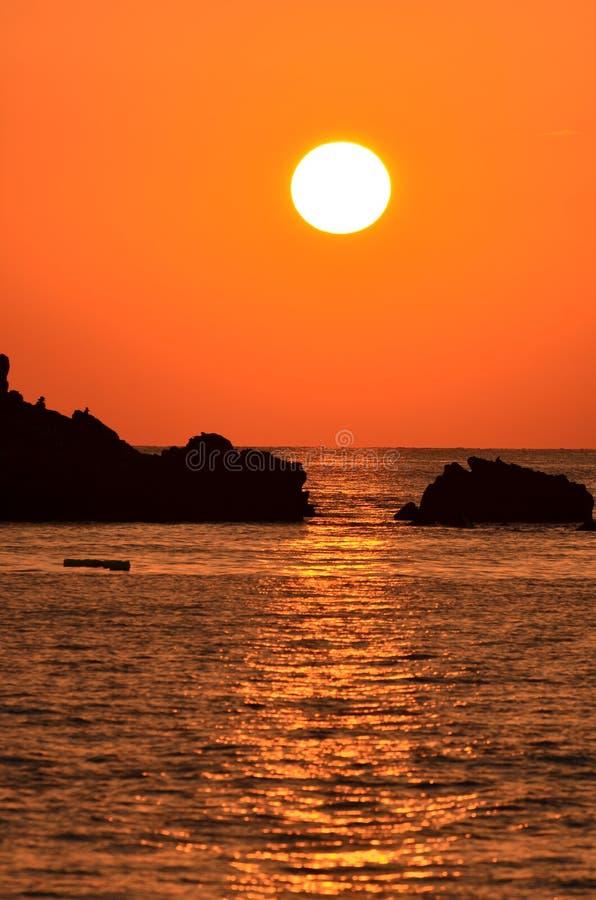 Puesta del sol hermosa sobre el mar imagen de archivo