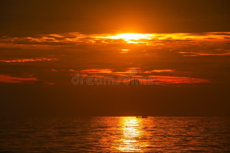 Puesta del sol hermosa sobre el mar fotografía de archivo libre de regalías