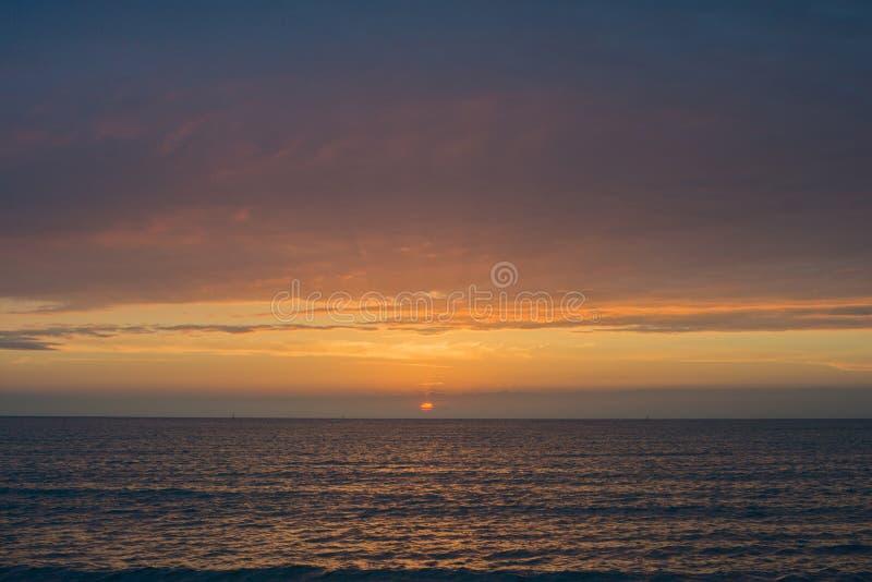 Puesta del sol hermosa sobre el mar Anapa, regi?n de Krasnodar, Rusia imágenes de archivo libres de regalías