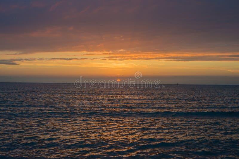 Puesta del sol hermosa sobre el mar Anapa, regi?n de Krasnodar, Rusia fotografía de archivo