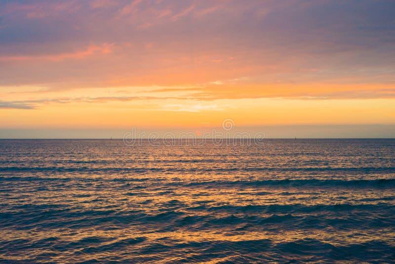 Puesta del sol hermosa sobre el mar Anapa, regi?n de Krasnodar, Rusia foto de archivo libre de regalías
