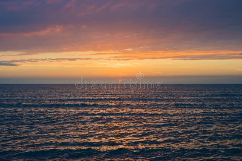 Puesta del sol hermosa sobre el mar Anapa, regi?n de Krasnodar, Rusia foto de archivo
