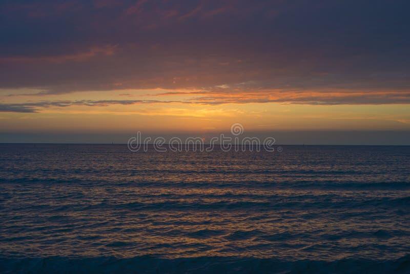 Puesta del sol hermosa sobre el mar Anapa, regi?n de Krasnodar, Rusia fotos de archivo libres de regalías