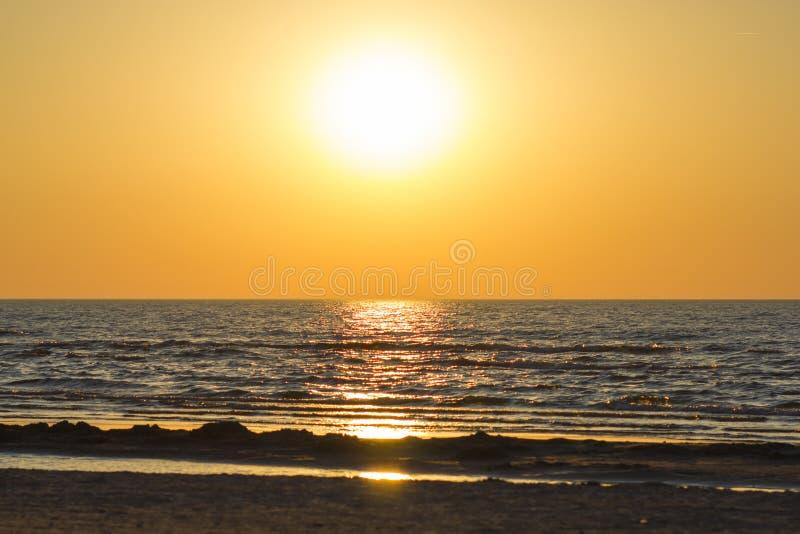 Puesta del sol hermosa sobre el mar Báltico imagenes de archivo