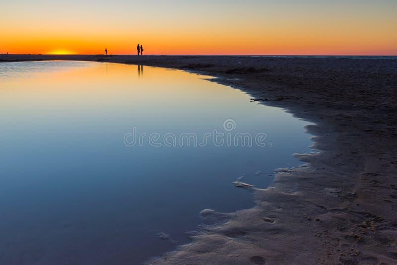 Puesta del sol hermosa sobre el mar Báltico fotos de archivo