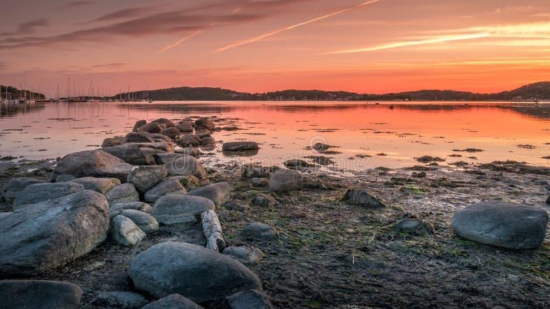 Puesta del sol hermosa sobre el mar Báltico cerca de la ciudad de Goteburgo, Suecia, p fotos de archivo libres de regalías