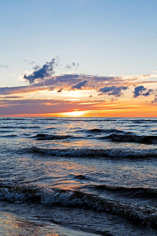 Puesta del sol hermosa sobre el mar Báltico con la nube y los haces, Jurmala Dzintari foto de archivo libre de regalías