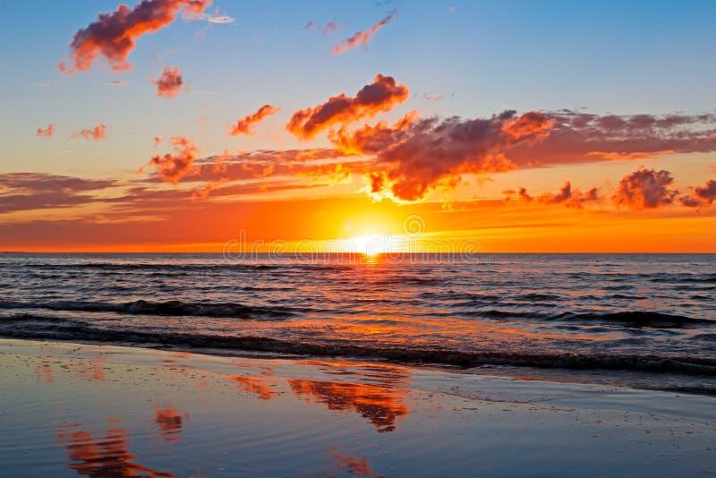 Puesta del sol hermosa sobre el mar Báltico con la nube y los haces, Jurmala Dzintari fotografía de archivo