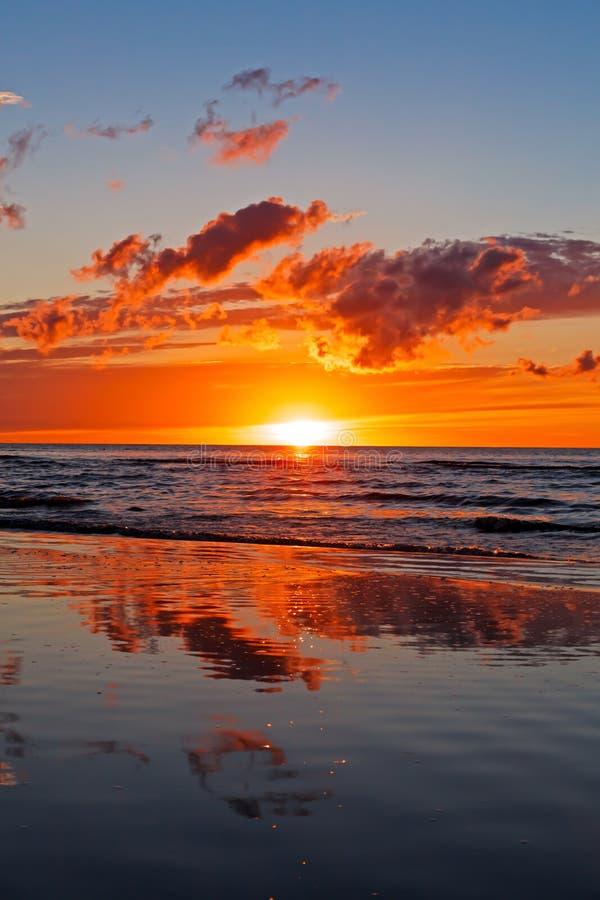 Puesta del sol hermosa sobre el mar Báltico con la nube y los haces, Jurmala Dzintari foto de archivo