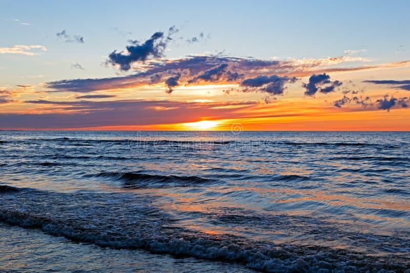 Puesta del sol hermosa sobre el mar Báltico con la nube y los haces, Jurmala Dzintari imagen de archivo libre de regalías