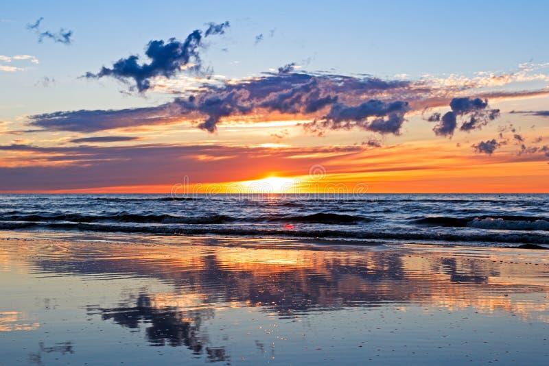Puesta del sol hermosa sobre el mar Báltico con la nube y los haces, Jurmala Dzintari fotos de archivo