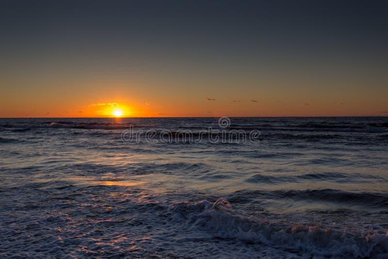 Puesta del sol hermosa sobre el mar Báltico en Miedzyzdroje en Polonia fotografía de archivo libre de regalías