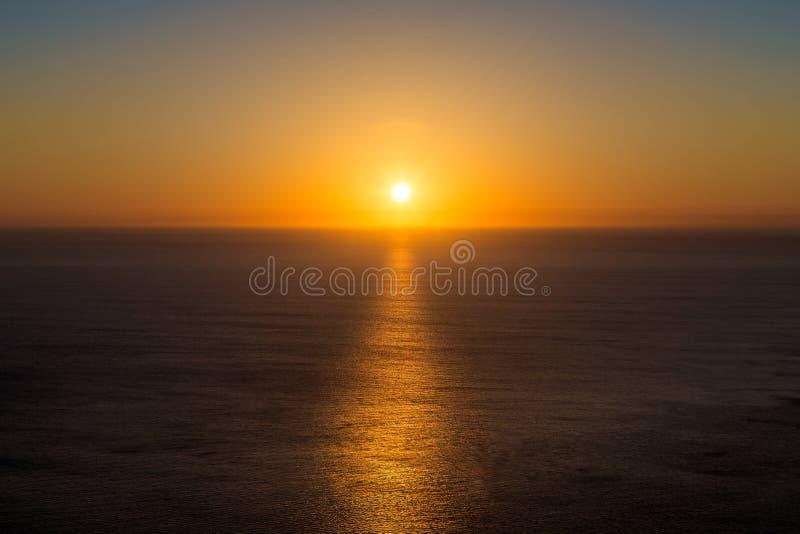 Puesta del sol hermosa sobre el mar en el Océano Atlántico foto de archivo libre de regalías