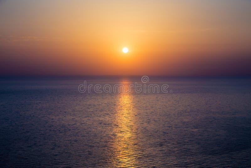 Puesta del sol hermosa sobre el mar en el Océano Atlántico imagen de archivo libre de regalías