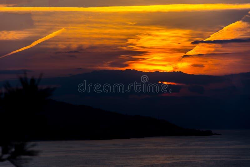 Puesta del sol hermosa sobre el Mar Negro fotos de archivo