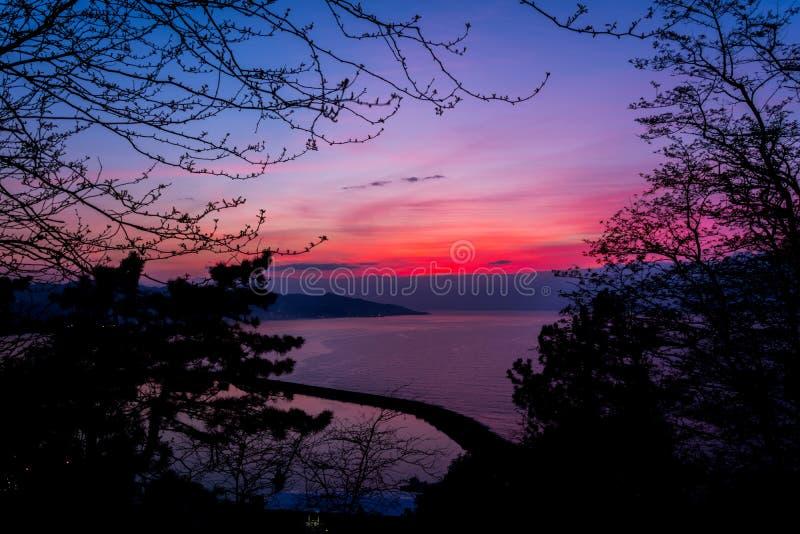 Puesta del sol hermosa sobre el Mar Negro imagen de archivo