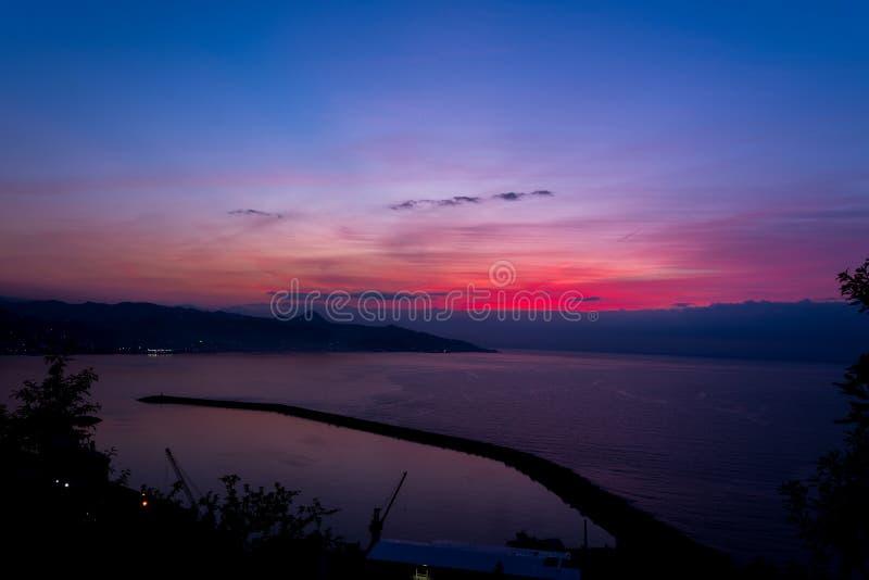 Puesta del sol hermosa sobre el Mar Negro imagenes de archivo