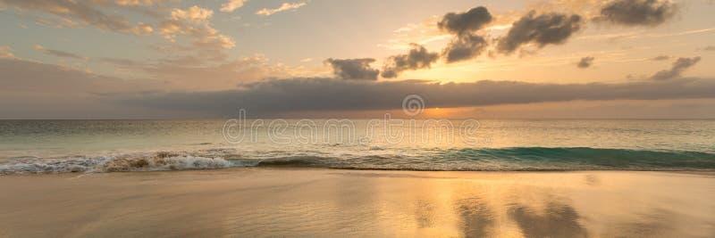 Puesta del sol hermosa sobre el océano, panorama imágenes de archivo libres de regalías