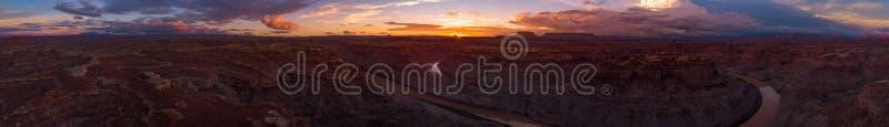 Puesta del sol hermosa sobre el río Colorado Utah al este y lazo del oeste imagen de archivo libre de regalías