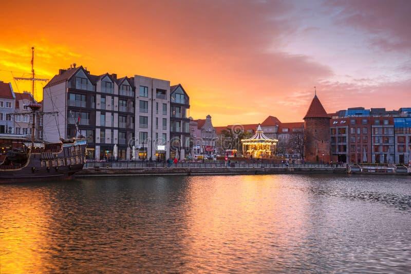 Puesta del sol hermosa sobre el río de Motlawa en Gdansk, Polonia imagenes de archivo