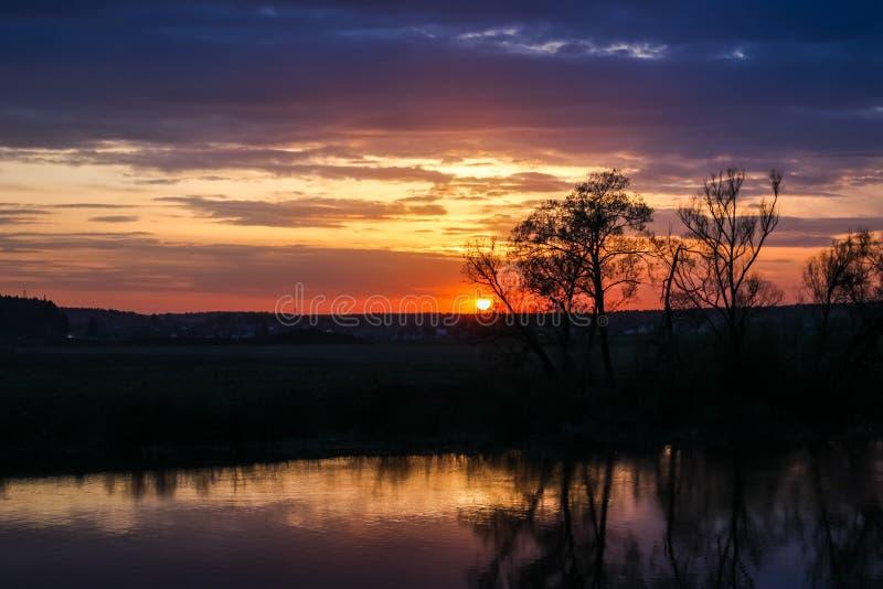 Puesta del sol hermosa sobre el río en primavera fotografía de archivo