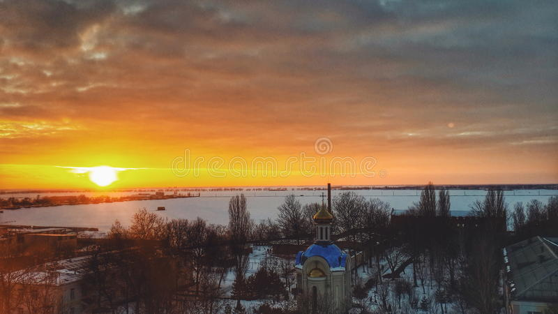 Puesta del sol hermosa sobre el templo fotografía de archivo libre de regalías
