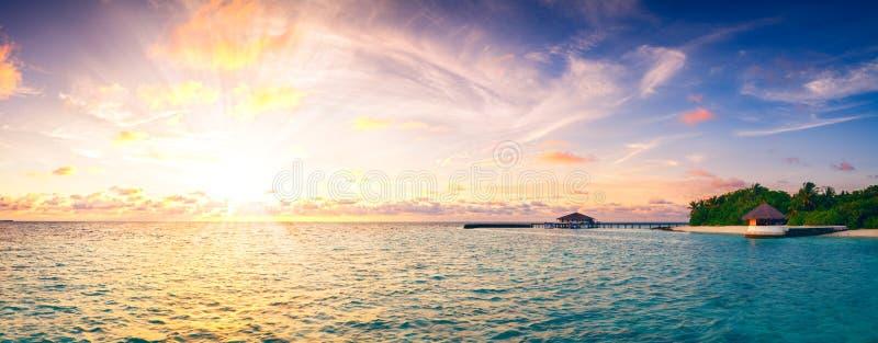 Puesta del sol hermosa sobre fondo retro del estilo del vintage del panorama largo de Maldivas de la isla del océano foto de archivo libre de regalías