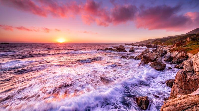 Puesta del sol hermosa sobre la costa de California fotos de archivo