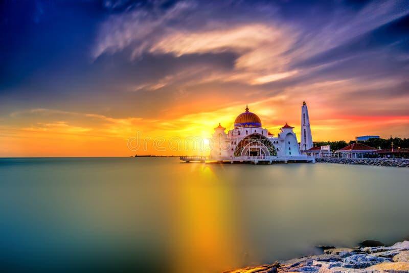 Puesta del sol hermosa sobre la mezquita majestuosa, estrechos Mosqu de Malaca imagen de archivo libre de regalías
