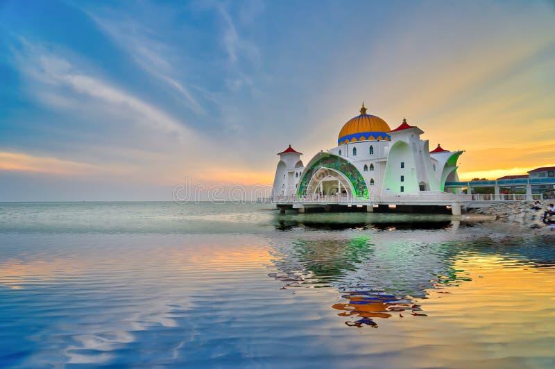 Puesta del sol hermosa sobre la mezquita o el Masjid Selat de los estrechos de Malaca foto de archivo