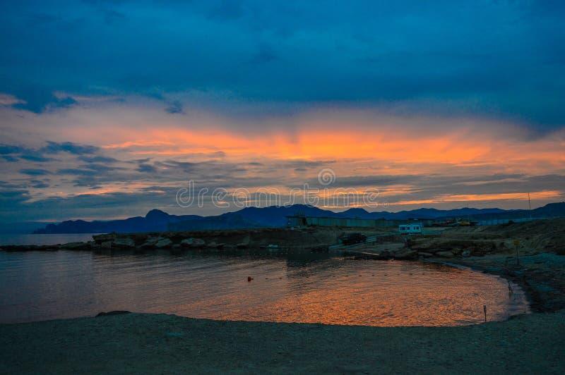 Puesta del sol hermosa sobre la montaña y el mar Viajes imagenes de archivo