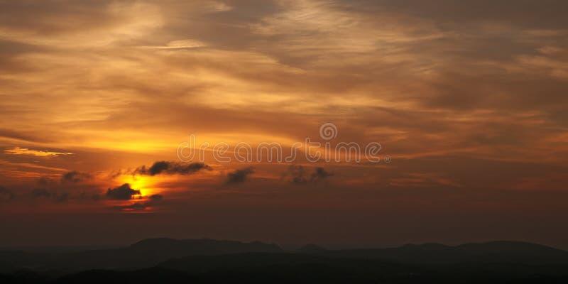 Puesta del sol hermosa sobre las colinas fotografía de archivo libre de regalías