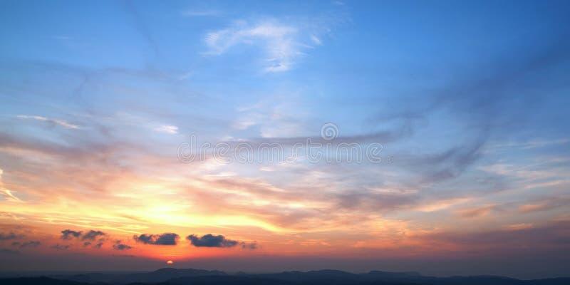 Puesta del sol hermosa sobre las colinas imagen de archivo libre de regalías