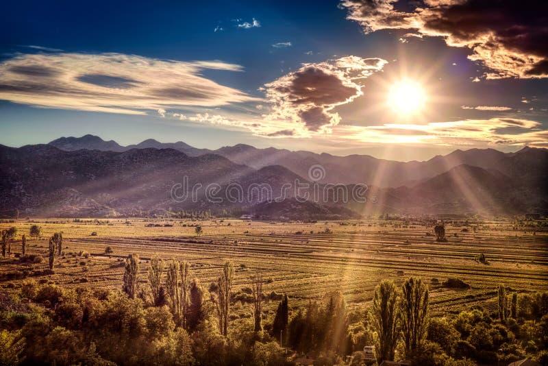 Puesta del sol hermosa sobre los llanos fértiles en Croacia foto de archivo libre de regalías