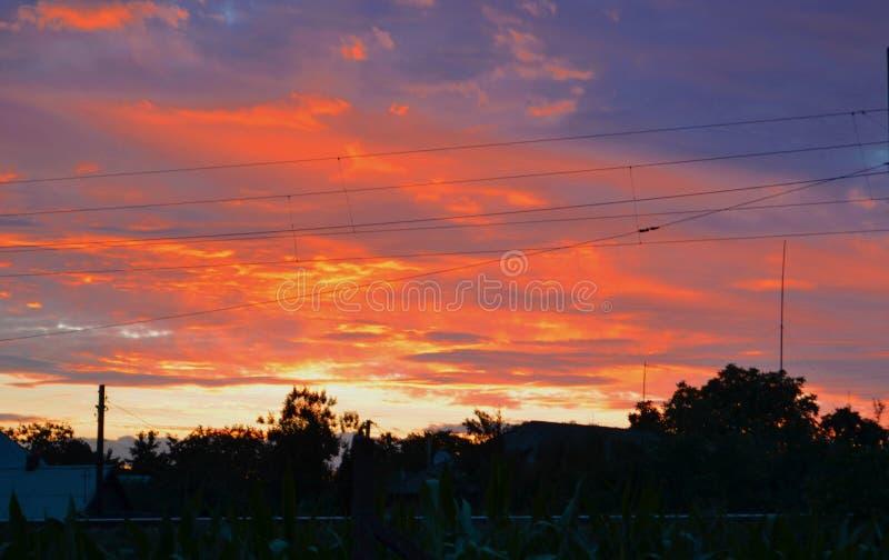 Puesta del sol hermosa sobre los tejados imagenes de archivo