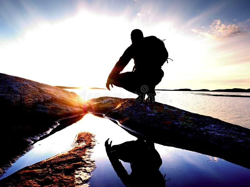 Puesta del sol hermosa del verano en la playa Hombre derecho con la mochila en el océano contra puesta del sol fotos de archivo libres de regalías