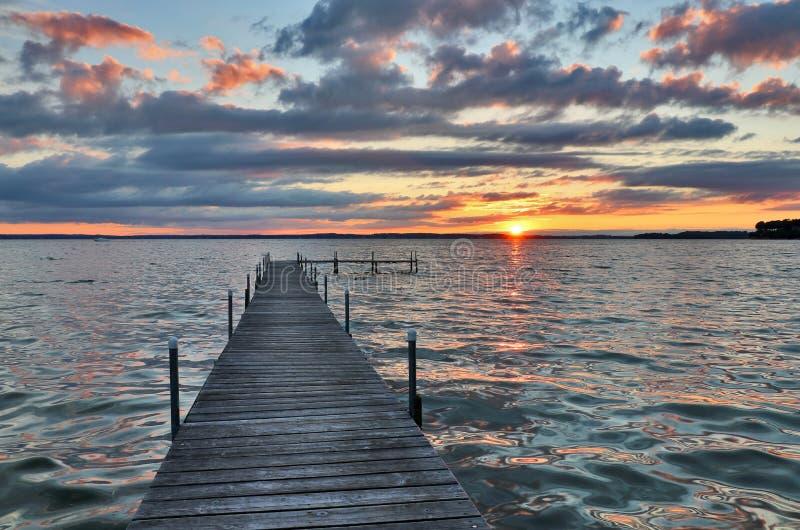 Puesta del sol hermosa del verano sobre el lago fotos de archivo