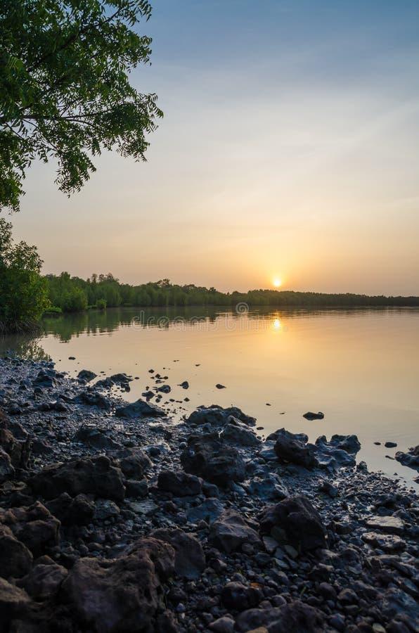 Puesta del sol hermosa y pacífica sobre el río tranquilo de Gambia, la Gambia, África occidental fotos de archivo