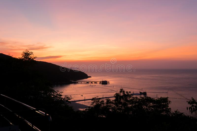Puesta del sol hermosa y playa en pattaya Tailandia fotos de archivo