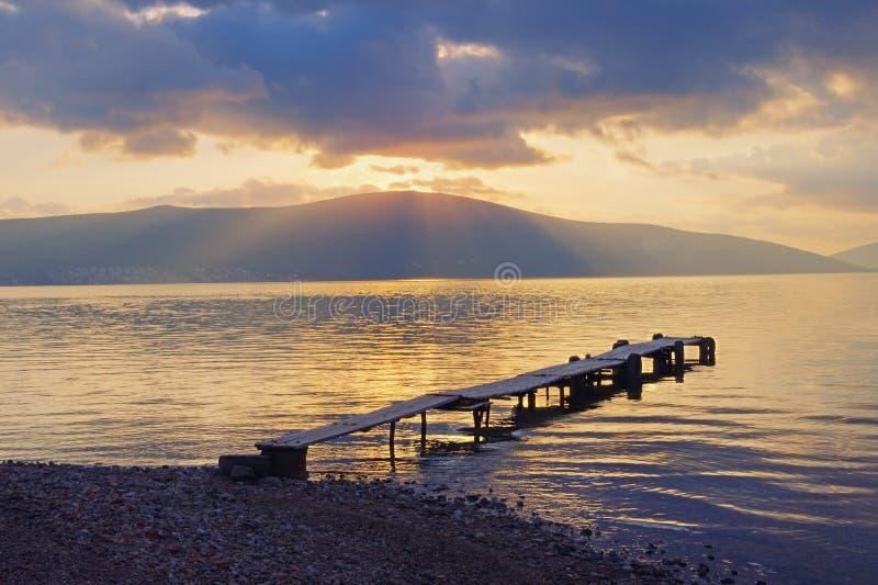 Puesta del sol Igualación de paisaje con los rayos de la luz a través de las nubes montenegro fotos de archivo