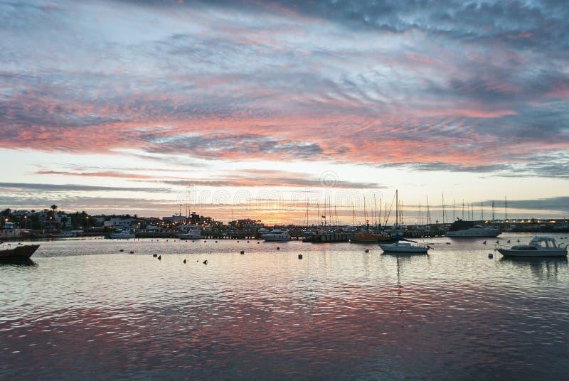 Puesta del sol imponente en el puerto de Punta del Este, Uruguay imagen de archivo libre de regalías