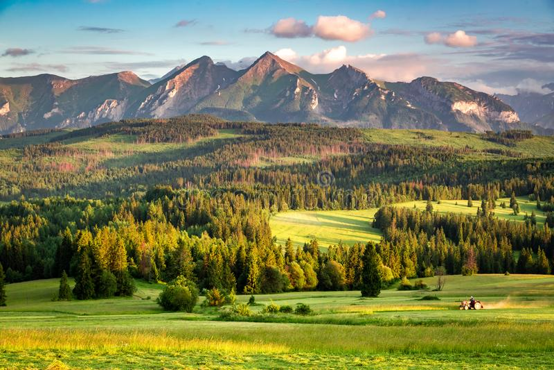 Puesta del sol imponente en las montañas de Belianske Tatra en Polonia foto de archivo