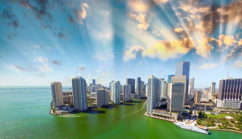 Puesta del sol imponente sobre Miami céntrica Visión desde el aire foto de archivo