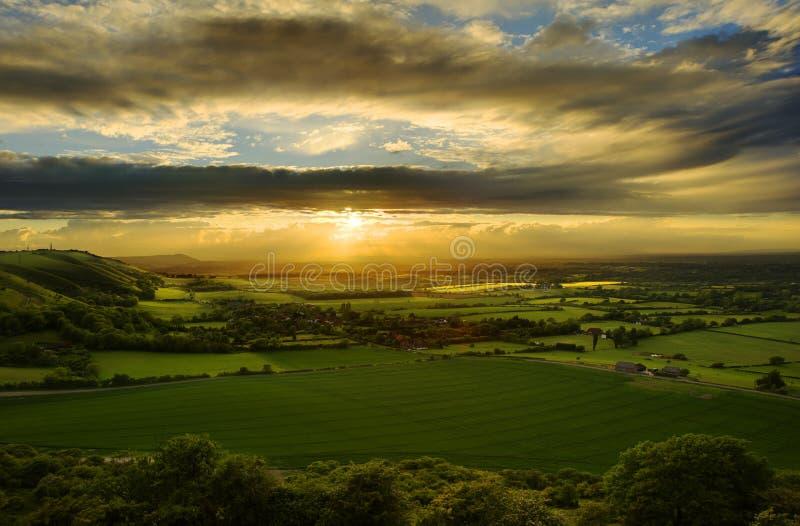 Puesta del sol imponente sobre paisaje del campo fotos de archivo libres de regalías